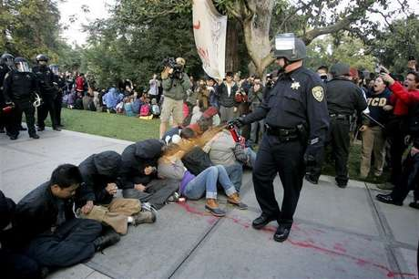 "A University of California Davis police officer pepper-sprays students during their sit-in at an ""Occupy UCD"" demonstration in Davis, California November 18, 2011. Foto: Brian Nguyen / Reuters In English"