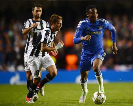 Chelsea's Nigerian midfielder John Mikel Obi (R) runs with the ball against Juventus during the UEFA Champions League Group E football match against at Stamford Bridge in London on September 19, 2012. The game ended 2-2. Foto: Getty Images
