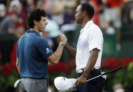 Rory McIlroy, left, of Northern Ireland, and Tiger Woods shake hands on the 18th green after completing the first round of the Tour Championship golf tournament, Thursday, Sept. 20, 2012, in Atlanta. Woods finished 4-under 66 to earn him a share of the lead. Foto: AP in English