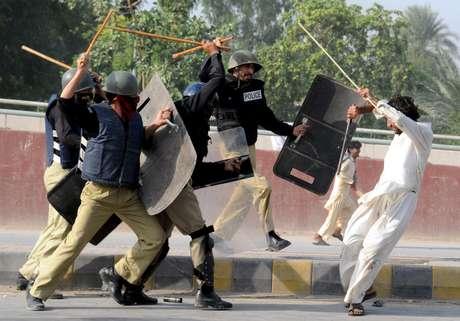 Policías cargan contra los manifestantes en una protesta contra la película que se mofa del profeta Mahoma, presuntamente producida en Estados Unidos, en Peshawar, Pakistán. Foto: EFE en español