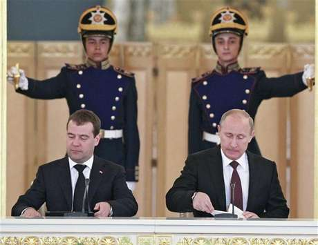 Russia's President Vladimir Putin (R) and Prime Minister Dmitry Medvedev attend a session of the State Council at the Kremlin in Moscow, July 17, 2012. Foto: Pool / Reuters In English