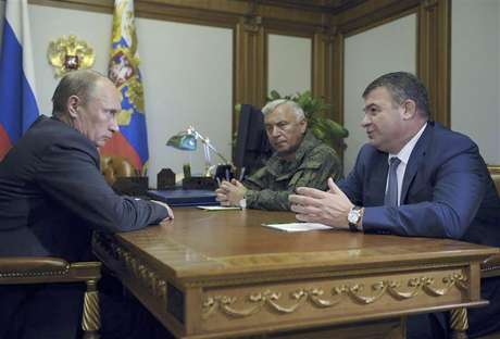 Russia's President Vladimir Putin (L) meets with Chief of Staff General Nikolai Makarov (C) and Defence Minister Anatoly Serdyukov at the Bocharov Ruchei state residence in Sochi September 21, 2012. Foto: Pool / Reuters In English