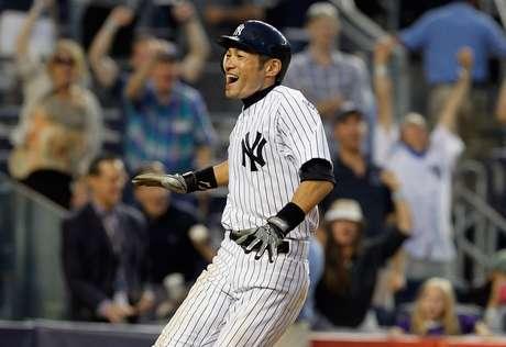 Ichiro Suzuki crosses home plate with the winning run in a thrilling  New York Yankees versus Oakland Athletics extra-inning affair. Foto: Getty Images
