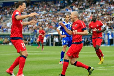 Zlatan festeja con Mènez tras el primer gol del PSG. Foto: Getty Images