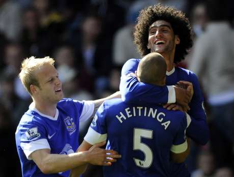 Everton's Marouane Fellaini celebrates scoring a goal with teammate John Heitinga. Foto: REBECCA NADEN / REUTERS
