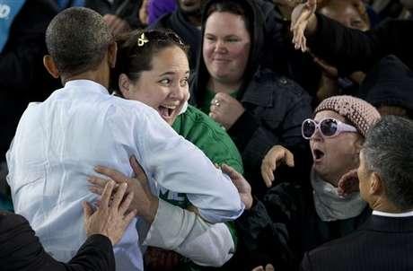 """Obama provocó el asombro de una de sus seguidores cuando le aplicó el """"abrazo de oso"""". Foto: AP"""