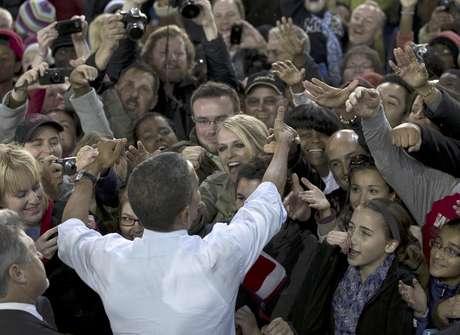 El presidente Barack Obama saluda a simpatizantes durante un acto de campaña en el Parque Festival Henry Maier en Milwaukee. Foto: Carolyn Kaster / AP