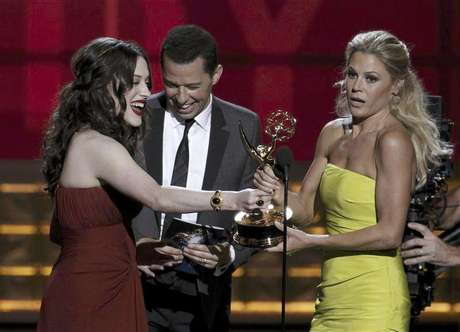 """Presenters Kat Dennings and Jon Cryer hand out the award for outstanding supporting actress in a comedy series to Julie Bowen (R) for """"Modern Family"""" at the 64th Primetime Emmy Awards in Los Angeles, September 23, 2012. Foto: Lucy Nicholson / Reuters In English"""
