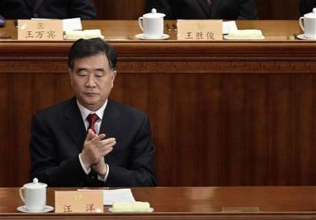 Wang Yang, Party Secretary of the Guangdong Province, claps during the opening ceremony of the Chinese People's Political Consultative Conference (CPPCC) at the Great Hall of the People in Beijing March 3, 2012. Foto: Jason Lee / Reuters In English