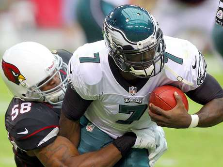El linebacker Daryl Washington detiene al quarterback Michael Vick. Foto: Paul Connors / AP