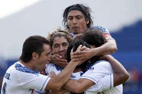 Gerardo Martín Gómez sorprendió a propios y extraños al anotar apenas al minuto 5, por lo que enseguida fue felicitado por sus compañeros. Foto: Mexsport