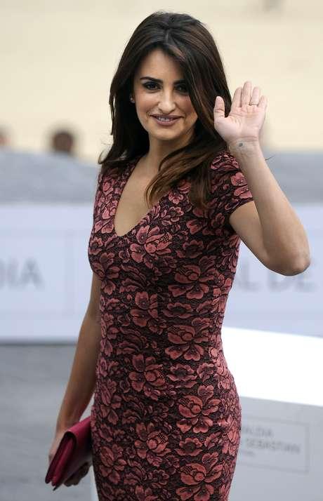 Penélope Cruz deleitó con su escote a los presentes en la premiere de 'Venuto al Mondo' en el festival de cine de San Sebastián. La española lucía espectacular y al parecer desentendida de su 'pechonalidad'. Foto: Getty Images