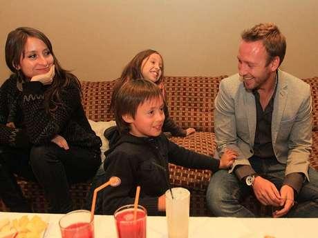 Martín su esposa Carolina y sus hijos Alfonsina y Luciano esperan ansiosos la pronto llega del nuevo integrante de la familia. Foto: Daniela Hinojosa/Terra.