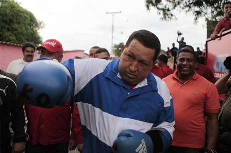 Venezuela's President Hugo Chavez poses usingboxing gloves during a campaign rally in Acarigua in the state of Portuguesa September 24, 2012. Foto: Handout / Reuters In English