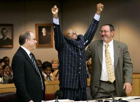 Patrick Waller celebra su exoneración tras pasar 15 años en la cárcel por un delito que no cometió. Lo asistió Innocence Project. Foto: Getty Images