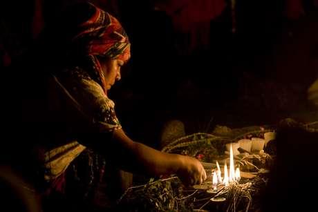 En esta foto de archivo del 21 de febrero de 2011, una sacerdotisa maya ora durante una ceremonia del año nuevo solar en Guatemala. Foto: AP