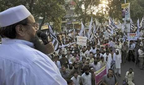 El dirigente del grupo religioso paquistaní Jamaat-ud-Dawa, Hafiz Saeed, habla ante las personas que el domingo 30 de septiembre de 2012 se manifiestan en la ciudad paquistaní de Lahore contra la película antimusulmana que ha desatado protestas en el mundo islámico.  Foto: K.M. Chaudary / AP