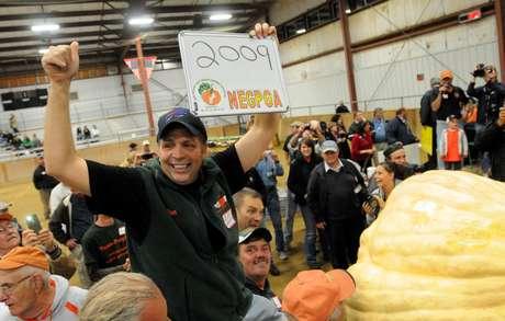 Ron Wallace celebra haber ganado el récord de la calabaza más pesada al cultivar una de 911 kilos (2.009 libras) en la feria de calabazas gigantes en Massachusetts, el viernes 28 de septiembre de 2012.  Foto: The Eagle-Tribune, Paul Bilodeau / AP
