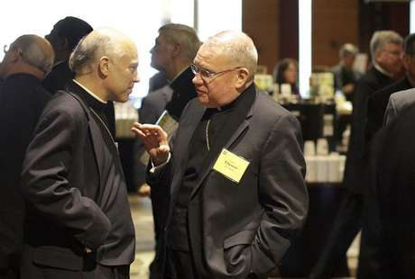 Bishop Salvatore Cordileone and Bishop Walter Edyvean chat after an executive session of United States Conference of Catholic Bishops Spring General Assembly in Bellevue, Washington, June 16, 2011. Foto: Marcus Donner / Reuters In English