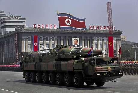 Un vehículo norcoreano transporte lo que parece un nuevo misil durante un desfile militar en la Plaza Kim Il Sung en Pyongang por el centenario del nacimiento del extinto fundador de Corea del Norte Kim Il Sung, el 15 de abril de 2012. Foto: Vincent Yu / AP