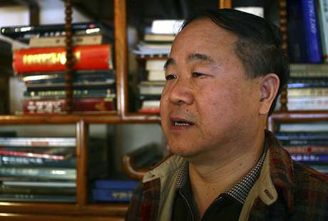El escritor Mo Yan habla durante una entrevista en Beijing. Foto: AP