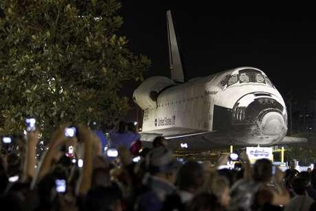 Numerosas personas toman fotos del transbordador espacial Endeavour mientras este se desplaza lentamente durante la noche  por una calle en Los Angeles, California, el sábado 13 de octubre de 2012. La nave se dirige a su última morada, el Museo de Ciencias de California en Los Angeles.  Foto: Patrick T. Fallon / AP