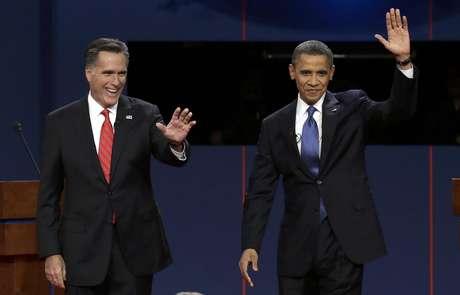 El candidato presidencial republicano Mitt Romney y el presidente Barack Obama saludan a la audiencia en su primer debate, en Denver, el 3 de octubre de 2012. Foto: Charlie Neibergall, Archivo / AP