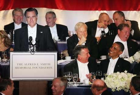 Dos días después de su tenso segundo debate, Obama y Romney compartieron mesa en el hotel Waldorf Astoria de Nueva York, en una cena benéfica que, desde 1960, reúne tradicionalmente a los candidatos para relajar los ataques a unos días de las elecciones. Foto: Getty Images