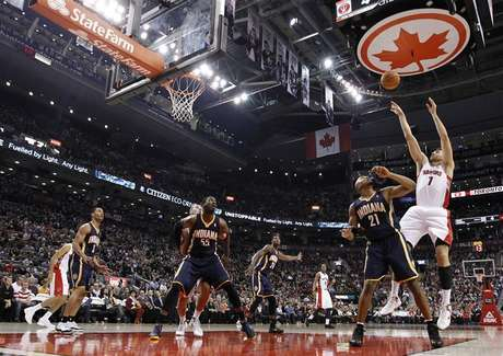 Toronto Raptors Andrea Bargnani puts up a shot over Indiana Pacers David West (21) during the first half of their NBA basketball game in Toronto October 31, 2012. Foto: Mark Blinch / Reuters
