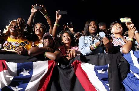 Women point their cameras at the stage as U.S. President Barack Obama speaks at a campaign rally in Cleveland, Ohio October 25, 2012. Foto: Kevin Lamarque / Reuters