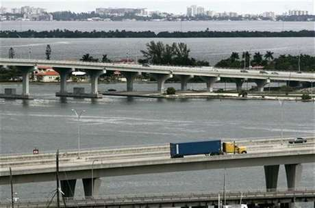A truck transports a container into a port of Miami, October 4, 2007. Foto: Carlos Barria / Reuters