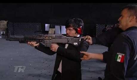 Elementos de la Policía Federal instruyen en el manejo y disparo de un rifle de asalto a Manny Pacquiao. Foto: Top Rank