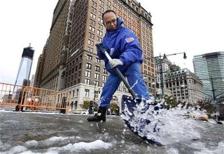 Gilber Hernandez limpia nieve de una acerca en el distrito financiero de Nueva York, nov 8 2012. Una tormenta invernal inusual para la época y cargada de nieve, lluvia y peligrosos vientos impactaba el jueves el noreste de Estados Unidos, dejando nuevamente sin luz a muchos residentes de la región más poblada del país, justo cuando apenas empezaba a recuperarse del paso de Sandy. Foto: Brendan McDermid / Reuters