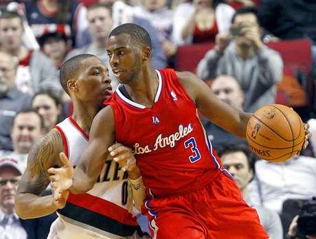 Clippers vs. Trail Blazers: Chris Paul intenta driblar la marca de Damian Lillard. Los Ángeles vencieron 103-90 a Portland en el Rose Garden. Foto: AP