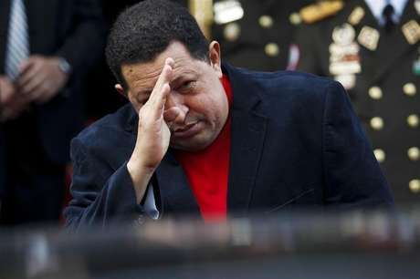 Venezuela's President Hugo Chavez salutes Brazil's Foreign Minister Antonio Patriota as he leaves in a car after their meeting at the Miraflores Palace in Caracas November 1, 2012. Foto: Carlos Garcia Rawlins / Reuters