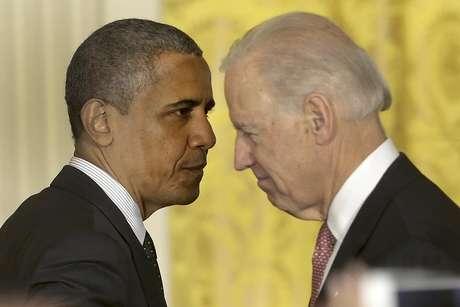El presidente Barack Obama pasa junto al vicepresidente Joe Biden, luego de hablar sobre la economía y el déficit el viernes 9 de noviembre de 2012 en la Casa Blanca  Foto: Pablo Martínez Monsiváis / AP