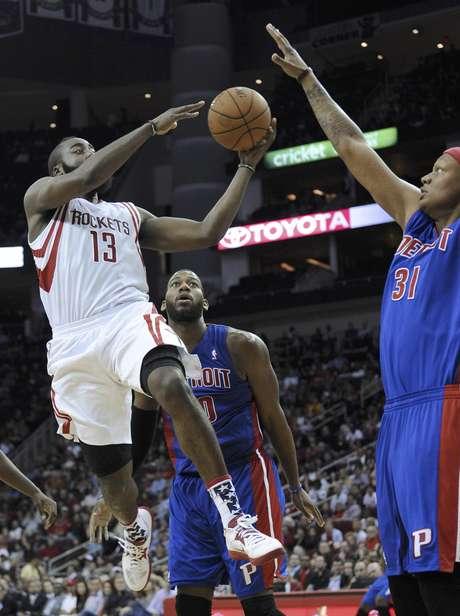 James Harden (13), de los Rockets de Houston, intenta pasar el balón entre Greg Monroe (10) y Charlie Villanueva (31), de los Pistons de Detroit, en la segunda mitad del juego del sábado 10 de noviembre de 2012, en Houston.  Foto: Pat Sullivan / AP