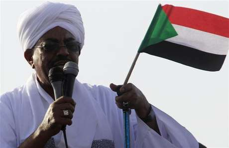 Sudan's President Omar Hassan al-Bashir addresses the crowd after arriving at Khartoum Airport September 28, 2012. Foto: Mohamed Nureldin Abdallah / Reuters