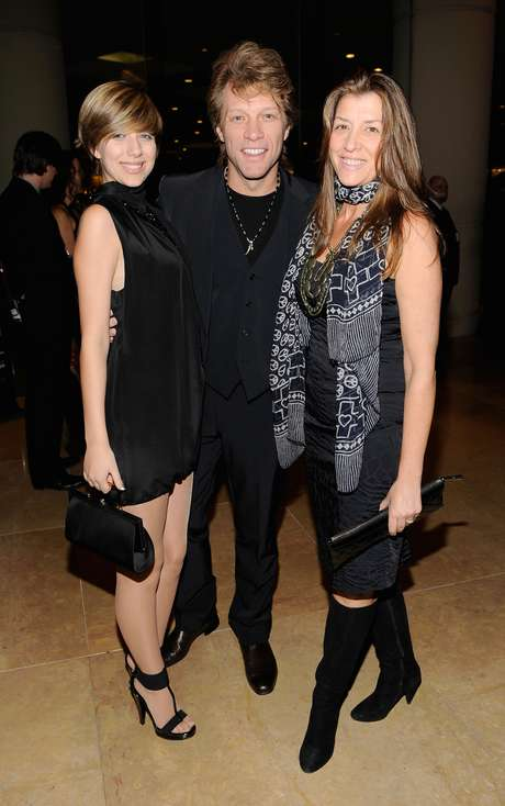Jon Bon Jovi (center) poses with daughter Stephanie Rose Bongiovi (left) and his wife Dorothea Rose Hurley (right) at a 2010 Grammy Awards event in Beverly Hills, California.   Foto: Getty Images