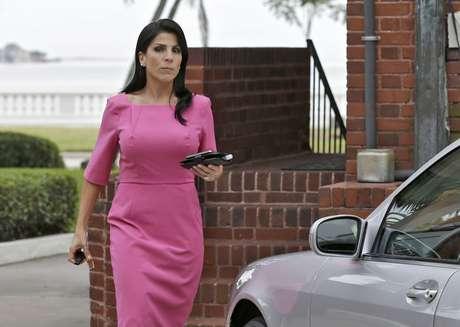 Jill Kelley sale de su casa en Tampa, Florida, el martes 13 de noviembre de 2012. Foto: AP