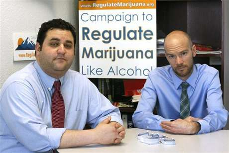Mason Tvert (L) and Brian Vicente pose in their offices in Denver, Colorado, May 25, 2012. The two are the leaders of a campaign calling for the legalization of an ounce of marijuana, and creating a legal framework so the drug's sale could be regulated and taxed by the state as alcohol is today. Foto: Rick Wilking / Reuters