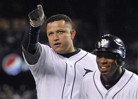 Detroit Tigers' Miguel Cabrera (L) and Austin Jackson celebrate Cabrera's two run home run.  Foto: Mike Cassese / Reuters