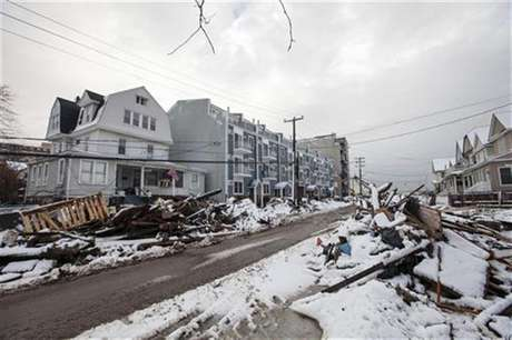 Snow left by a nor'easter, also known as a northeaster storm, covers piles of debris piled up outside of peoples homes due to the flooding from hurricane Sandy in the Queens borough neighborhood of Rockaway Beach, New York, November 8, 2012. Foto: Lucas Jackson / Reuters