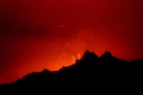 El Reventador, de 3.485 metros de altitud, generó en noviembre de 2002 una gran explosión y lanzó al aire millones de toneladas de ceniza que, por efecto del viento, llegaron hasta Quito, ciudad que se tiñó con un manto grueso de ese material. Foto: Getty Images