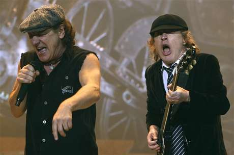 AC/DC lead vocalist Brian Johnson (L) and Angus Young performs at the O2 Millennium Dome stadium in London April 14, 2009. Foto: Luke MacGregor / Reuters