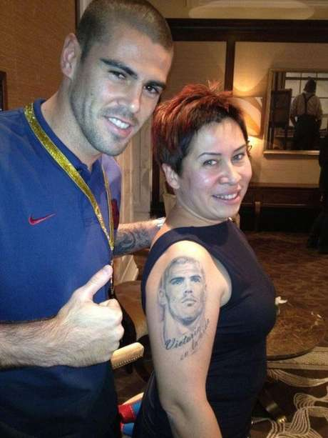Una fan de Valdés, presume de tatuaje ante su ídolo. Foto: Terra