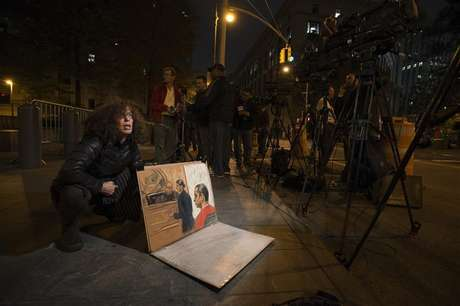 Sketch artist Jane Rosenberg shows reporters her drawing of Gilberto Valle III, 28, when he pleaded not guilty to criminal charges in the U.S. District Court in Manhattan, in New York October 25, 2012. Foto: Keith Bedford / Reuters