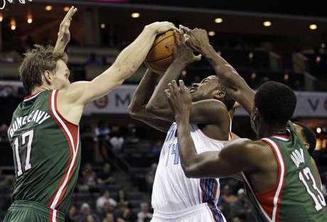 Los Bucks frenaron su racha de tres victorias ante unos Bobcats agresivos en los instantes finales. Foto: AP