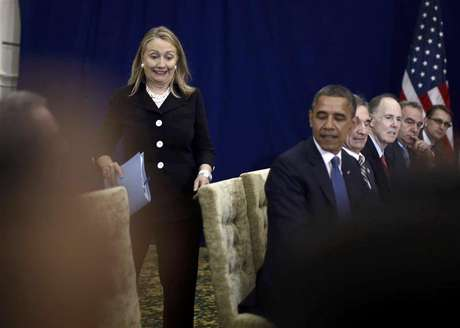 U.S. Secretary of State Hillary Clinton reacts as she arrives last for a meeting between President Barack Obama and Japan's Prime Minister Yoshihiko Noda at the East Asia Summit in Phnom Penh, November 20, 2012. Foto: Jason Reed / Reuters