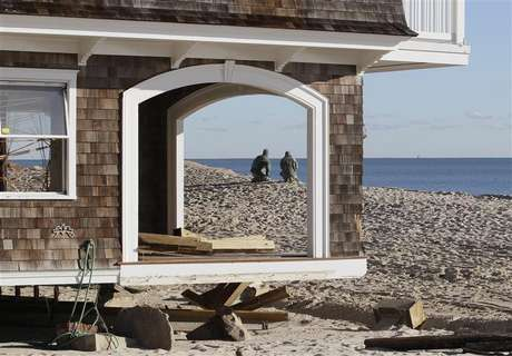 Two National Guardsmen, seen through empty window frames of a home, pause while on patrol at the beach front, to look at the ocean in the aftermath of Hurricane Sandy, at Bay Head, New Jersey November 4, 2012. Foto: Tom Mihalek / Reuters